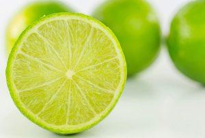 อะไรคือปัจจัยที่ดีในการรับประทานมะนาวสดทั้งลูก?